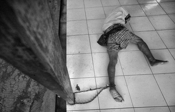 Какой ужас!!! В Уманской психушке одного из работников нашли с перерезанным болгаркой горлом (ВИДЕО)