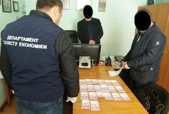 Уже даже работники почты..: Руководителя отделения «Укрпочты» задержали на горячем