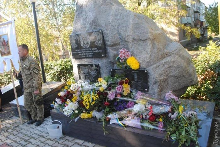 Украинцы этого не простят: вандалы поиздевались над памятником героям АТО! Трудно сдержать возмущение!(ФОТО)