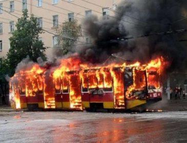 СРОЧНО!!! Трамвай с людьми загорелся на ходу, есть пострадавшие