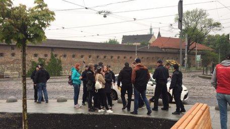 ПОЗОР! Львовская полиция в центре города задержала группу молодых людей, которые скандировали нацистские лозунги (ВИДЕО)