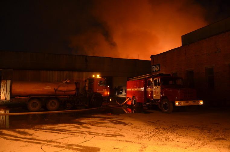 СРОЧНО!!! Под Киевом с нереальным масштабом горит большая фабрика