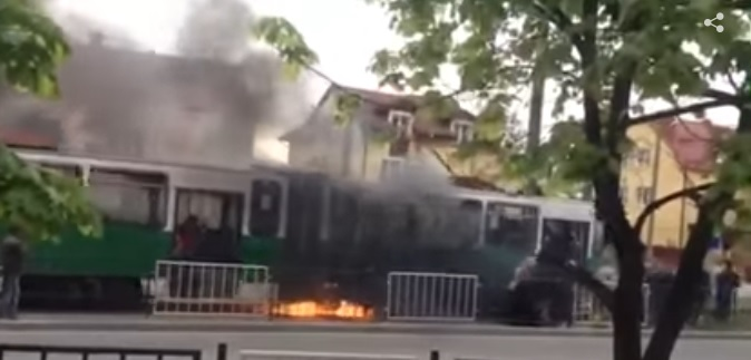 Во Львове во время движения загорелся капитально отремонтированный трамвай. Эпическое видео, от которого мурашки по телу!