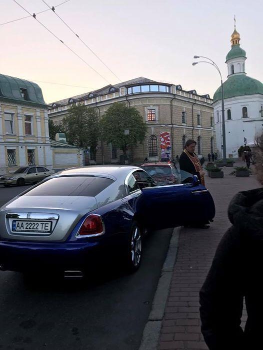 В Киеве священник разъезжает на неприлично дорогом авто! Это заоблачная сумма! Украинцы, молитесь ПРАВИЛЬНО!