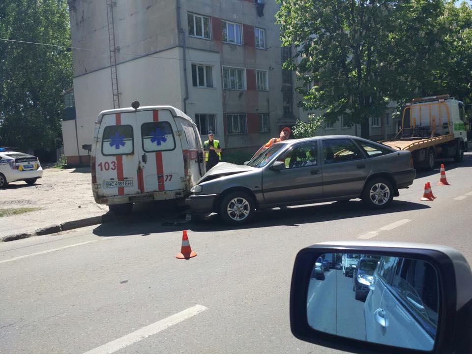 Во Львове автомобиль столкнулся с каретой скорой! Детали шокируют!
