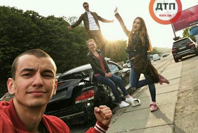 Сеть возмутили «мажоры», которые позируют у разбитого авто! Как так можно? Фото шокируют!
