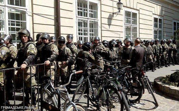 СРОЧНО!!! Во Львове проходят массовые протесты, уже перекрыли одну из улиц, причина КАСАЕТСЯ КАЖДОГО
