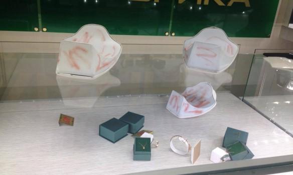 Голливудское ограбление: Мужчины в шлемах и с оружием ограбили ювелирный магазин