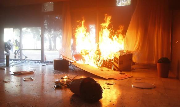 Месть народа: правительственное здание в огне (фото, видео)