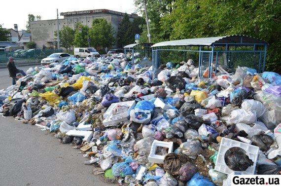 ГОРОД УТОПАЕТ!!! Жуткие фото мусорных завалов во Львове!! Такого Вы не увидите больше нигде!