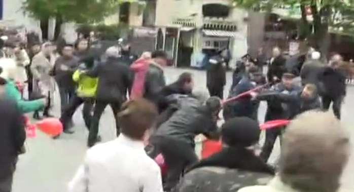 Что происходит в Виннице? В центре города произошли массовые столкновения между молодыми людьми в масках и участниками первомайского митинга (ВИДЕО)