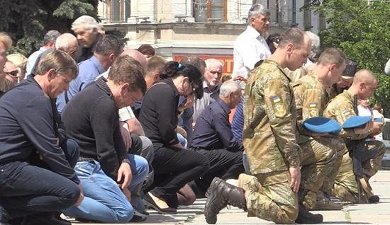«Таких людей я больше не знаю». Люди на коленях провели в последний путь десантника Валентина Ковальского. Фото, которые доводят до слез