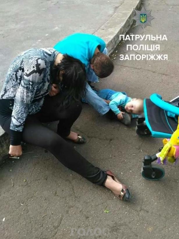ЧТО ЭТО ЗА РОДИТЕЛИ?! Неравнодушные спасли бедного ребенка, пока те спали на траве (ФОТО)