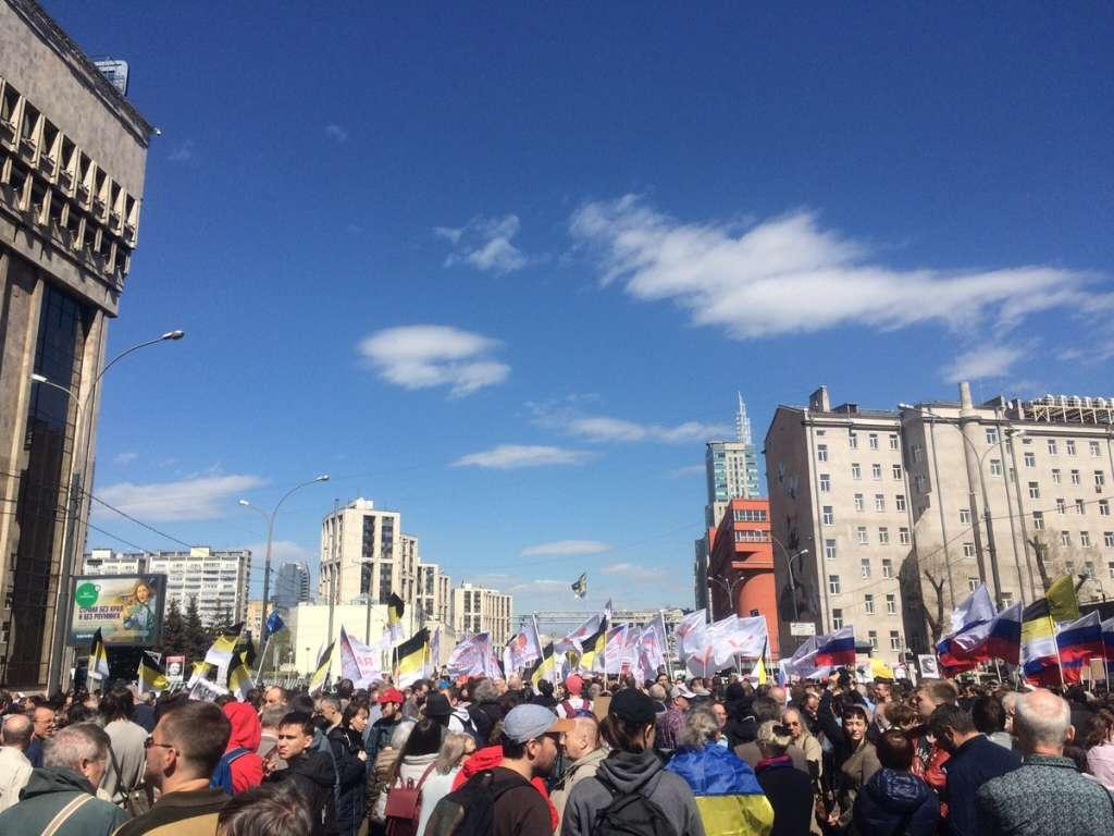 Вот начнется: Москвичи с украинскими флагами требуют остановить Путина! Вы только посмотрите, что там творится! (ФОТО)