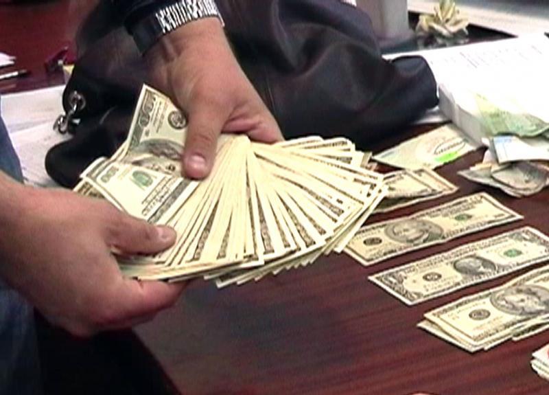 Ничего святого!!! Известного госслужащего поймали на огромной взятке, вы таких денег еще не видели!!!