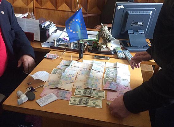 Настоящий негодяй: на Львовщине главный врач медучреждения требовал взятку. Не поверите, за что именно!
