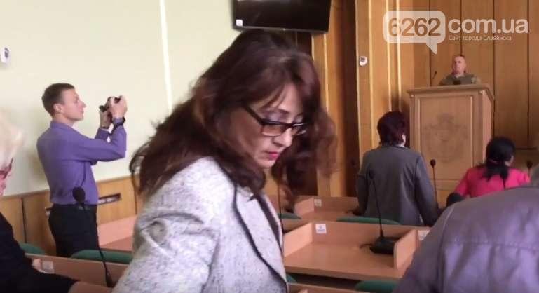 Ничего святого: Женщина демонстративно вышла во время минуты молчания по погибшим воинам! Видео, которое разозлит КАЖДОГО украинца!