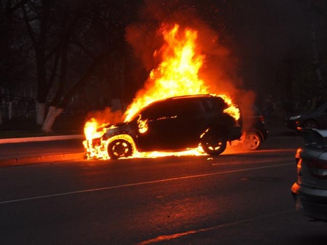 СРОЧНО !!! Во Львове на Сыхове сожгли автомобиль, это видео доводит до слез