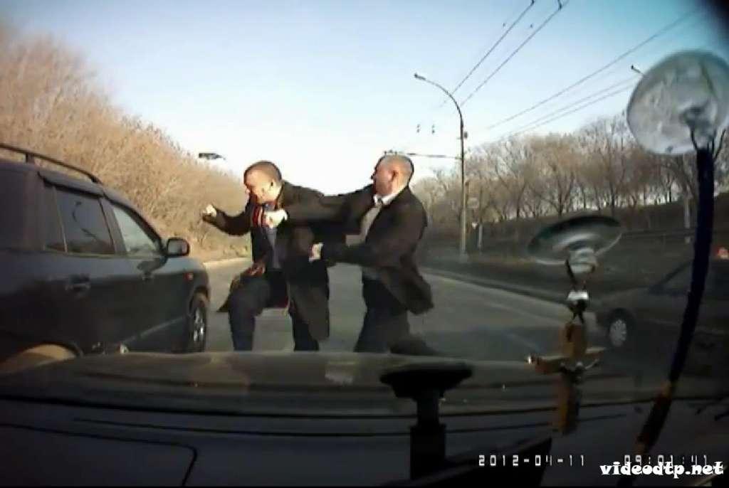 Куда этот мир катится? В Одессе прямо посреди дороги зверски подрались водители, досталось даже пенсионерке… (ВИДЕО 18+)
