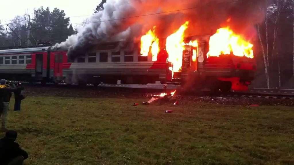 СРОЧНО!!! В Черновцах горит пассажирский поезд, люди выпрыгивают из окон