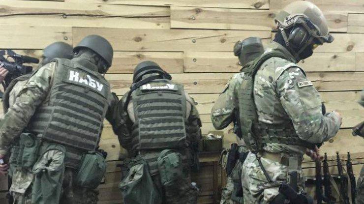 Там ТАКОЕ творится!!! Неизвестные в форме НАБУ проводят обыски в Окружном суде Киева