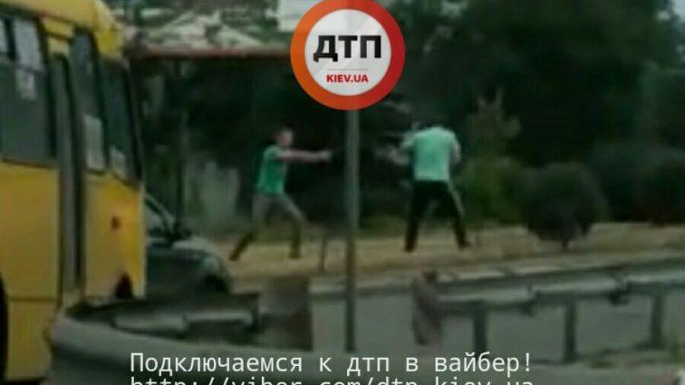 от тебе раз! Конфликт водителей в Киеве перерос в жуткую стреляную! Шокирующие кадры с места происшествия