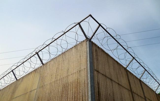 Такую бы на границе с Россией! Украинцев шокировала стена, которой чиновник отгородился от народа. А туда дадут безвиз?