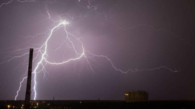 БУДЬТЕ ОСТОРОЖНЫ! Во Львове в результате удара молнии погибли 2 человека. Среди которых РЕБЕНОК! Это должен прочитать каждый!