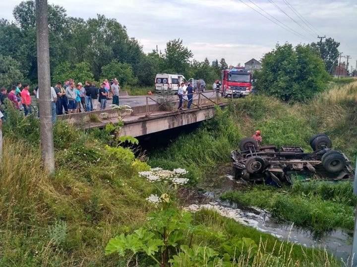 Шокирующая ТРАГЕДИЯ! На Львовщине перевернулся грузовик! Есть погибшие (фото 18+)