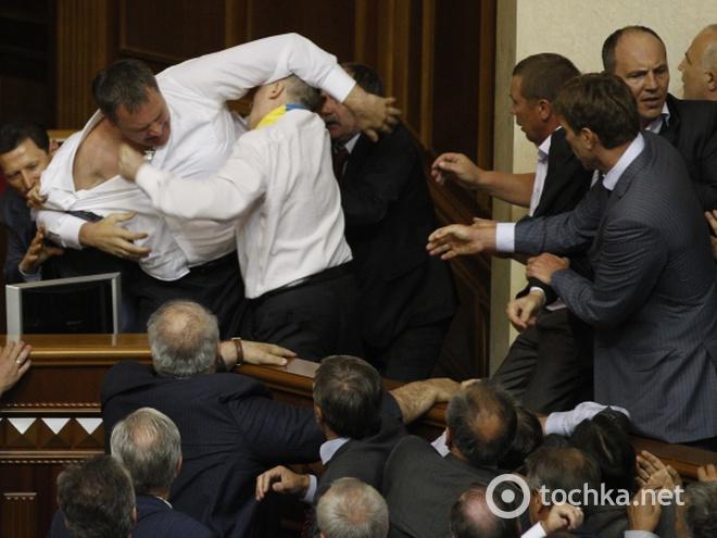 Вот это поединок: депутаты вышли «поговорить» в коридор в совете, но известный боксер все «разрулил» с помощью кулаков (ВИДЕО)