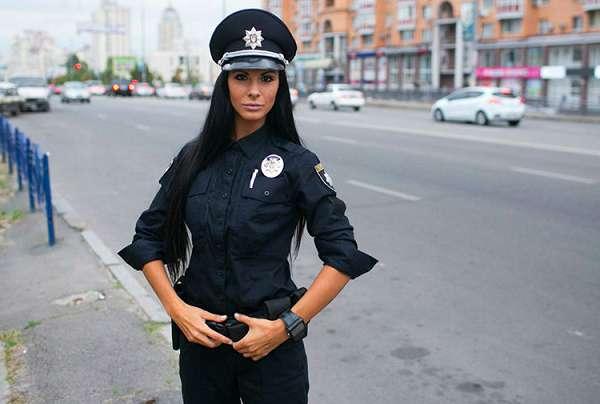 За какие заслуги? Самая сексуальная полицейская Киева получила подарок от которого у Вас в голове закружится! Только посмотрите!