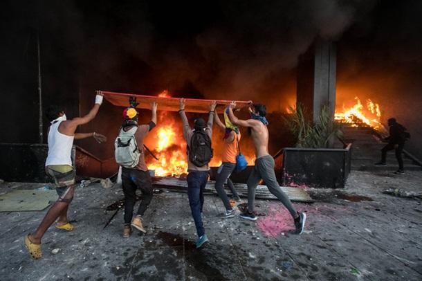 СРОЧНО! Протестующие подожгли Верховный суд! Все пылает! Что же там происходит? (ФОТО)