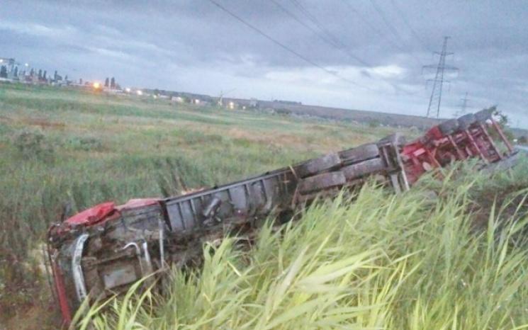 Страшная ТРАГЕДИЯ! Под Одессой после столкновения с Lexus фура перевернулась на обочине дороги! Шокирующие фото!