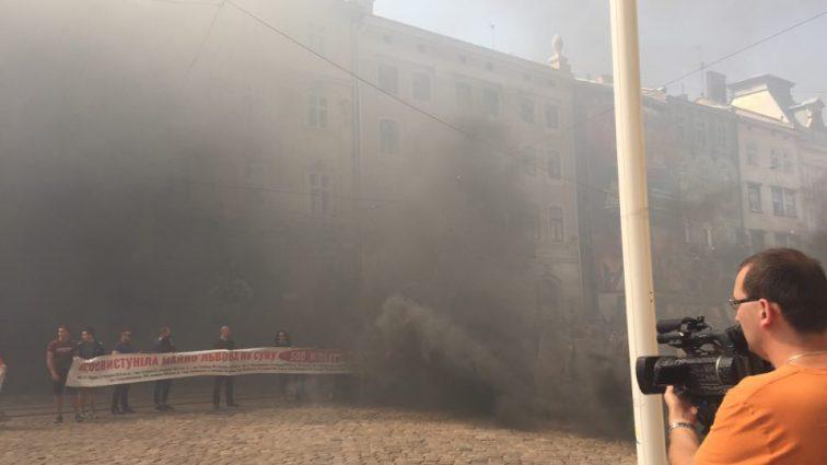 «РЫЖИЙ, ВЫХОДИ»: Львовский городской совет обложили дымовыми шашками. То, что там происходит наводит на всех ужас (ВИДЕО)