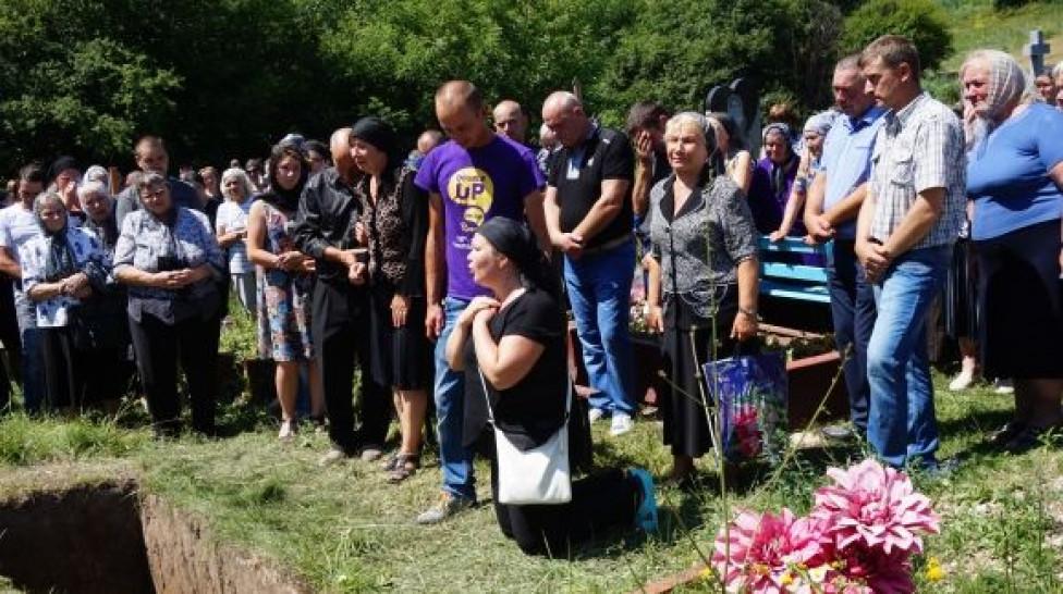 Плакала ВСЯ Украина: Мать убитой выпускницы на коленях умоляла о помощи! Шокирующие кадры с похорона! (ВИДЕО + ФОТО)