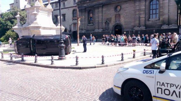 СРОЧНО! Смертельное ДТП во Львове. Дорогая иномарка въехала в толпу людей прямо у церкви (ВИДЕО)