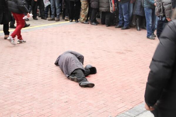ШОК!!! В Киеве прямо посреди улицы расстреляли женщину, вы будете потрясены от количества ран