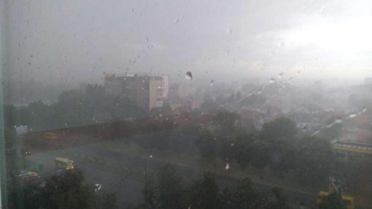 СРОЧНО !!! Во Львове сейчас настоящий  АПОКАЛИПСИС! По городу летает мусор! Шокирующие кадры!