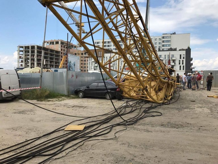 СРОЧНО! Во Львове упал строительный кран! Вы потеряете дар речи когда увидите, что там сейчас происходит! (ФОТО)
