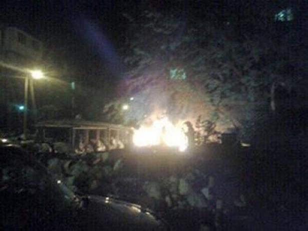 Львовяне подожгли мусор, который неделями не вывозят со двора (фото)