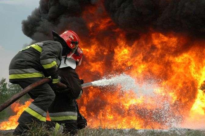Трудно смотреть… В Хмельницком сгорела огромная фабрика