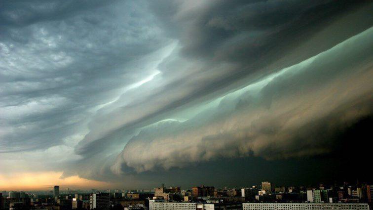 «Даже туалеты убегают»: в сети показали потрясающие фото «бури века» в Москве