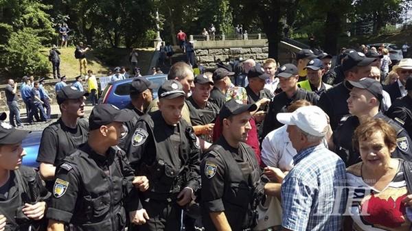 СРОЧНО!!! Под КГГА массовый протест, там тысячи людей, причина касается всех украинцев