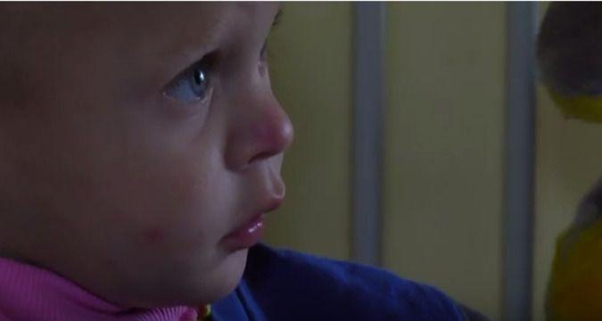 Негодяйка!!! Мать на 2 недели покинула своего двухлетнего ребенка в голоде и антисанитарии