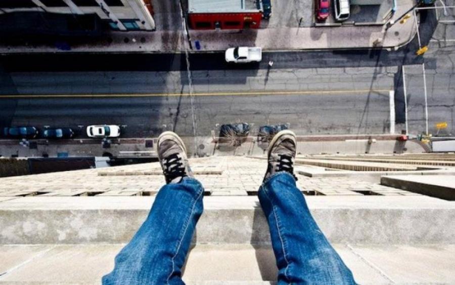 Хотел свести счеты с этой жизнью? В Харькове из окна многоэтажки выпрыгнул человек! Детали Вас шокируют!