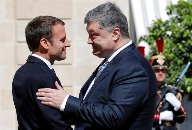 Стало известно, что сказал Макрон Порошенко в Париже. Только не падайте от подробностей!