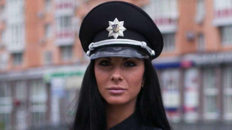 Трудно устоять на ногах! Самая сексуальная полицейская страны шокировала новыми эротическими фото! Она снова забыла о белье? (18+)