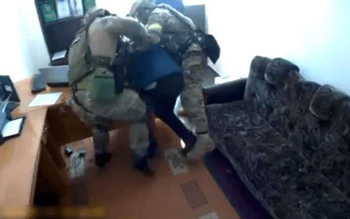 НЕГОДЯЙ!!! Известный депутат пытался подкупить полицейского огромной взяткой, сумма просто сбивает с ног
