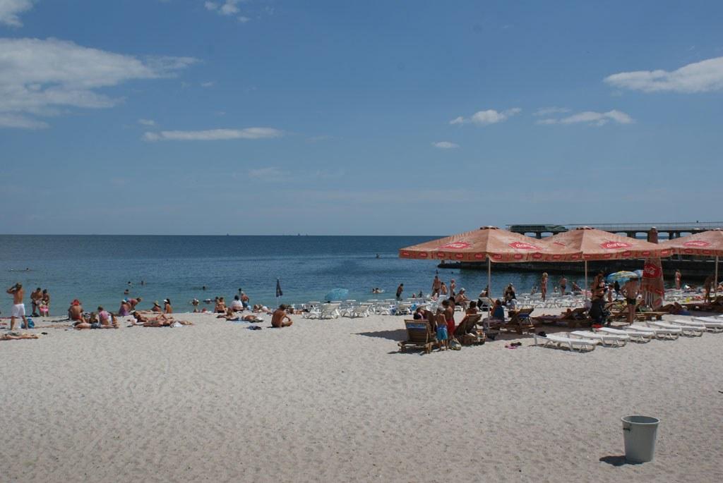ШОК!!! В Одессе средь бела дня на пляже мужчина развращал 7-летнюю девочку. Полицейские были потрясены увиденным