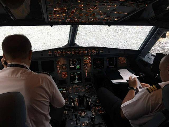 «Он не сядет не сядет …» Как украинские летчики посадили самолет, во время апокалиптического шторма в Турции. Видео шокирует
